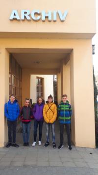 Skupina žáku ZŠ Na Valtické před archivem v Mikulově, při přípravě reportáže v rámci projektu Příběhy našich sousedů
