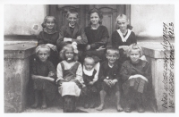 Ladislavova maminka se svými sourozenci před učitelským ústavem na Slezské Ostravě, 1923