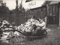Mladý Ladislav při pobytu u své tety v Jeseníkách, léto 1968