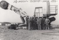 Ladislav (úplně vlevo) při hromadné fotografii na brigádě u elektrárny Tušimice, severní Čechy, 1984