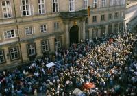 Uprchlíci z NDR před velvyslanectvím v Praze 1989