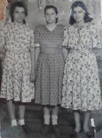 Marija Arsenivna vlevo, 1946