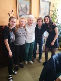 Žáci ZŠ Chelčického s paní Hazdrovou při nahrávání rozhovoru v rámci projektu Příběhy našich sousedů