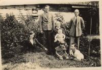 Rodina: babička Anna Kohoutková, na klíně sedí Josef Kohoutek, Květa klečí na zemi, vedle Antonín Kohoutek, nad ním tatínek Václav Lhoťan, na zemi teta Anna Lhoťanová, roz. Kohoutková, nad ní Josef Lhoťan, bratranec a manžel tety; Tasice, 1935