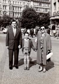 S rodinou, krátce po propuštění z lágru