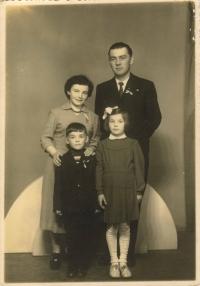 Rodina Dvořákova; Květa a Miloslav, syn Miloslav (7) a dcera Ivanka (10). Foto ze svatby sestřenice Evy Lhoťanové, Ledeč nad Sázavou, duben 1957