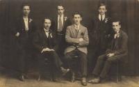 Rekruti k odvodu: zleva Karel Kohoutek, Václav Tvrdík sedící dole, František Tvrdík nahoře, Josef Viktora uprostřed, Josef Panský, sedící Antonín Viktora; 1921-1922