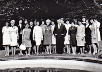 Karel Hrubý (uprostřed) se svými bývalými studenty. Setkání proběhlo po jeho propuštění z vězení (r. 1960)