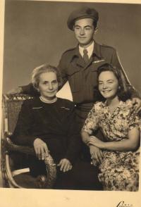 S tetou matky Annou Kohnovou a jejím synem Milanem Kohnem; foceno v Praze, po návratu Milana z války