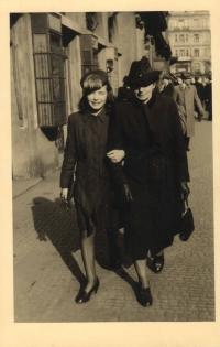 S tetou matky Annou Kohnovou na Národní třídě, v době studií v Praze, 1942