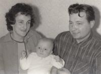 Miroslav Blažek v pěti měsících s rodiči, Nová Paka, leden 1967