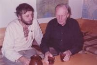 Spisovatel Jan Vodňanský spolu se Sergejem Machoninem. Foceno na oslavě sedmdesátých narozenin Sergeje Machonina / 1988