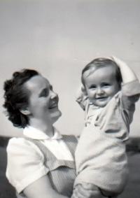 Manželka K. Hrubého se synem. Syn do svých šesti let vyrůstal bez otce