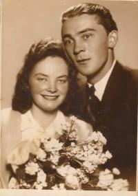 Svatební fotografie s Miloslavem Dvořákem, kostel v Bohdanči, 1. června 1947