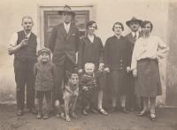 Dole bratři Rudolf a Walter (vpravo), otec Josef (vysoký muž v klobouku), vedle něho matka Marie, strýc Walter a teta Hermína (zcela vpravo), asi 1931