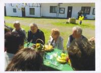 Setkání s hercem Luďkem Munzarem v areálu sklárny. L. Munzar sedí nalevo od Květy Dvořákové, nalevo sklář a soused Petr Vobořil, 2011