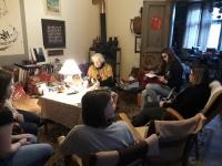 Žáci ZŠ pozorně naslouchají vyprávění Zlaty Černé při nahrávání příběhu o jejím životě v rámci projektu Příběhy našich sousedů.