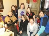 Žáci ZŠ Jeseniova při setkání s pamětnicí, paní Černou.