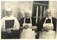 Pamätníčka (vľavo) počas pôsobenia v Slovenskej Ľupči v kuchyni spolu s ďalšími mníškami, 1974