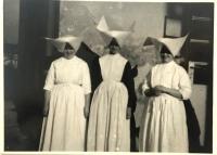 Pamätníčka (vľavo) počas pôsobenia v Močenku v kuchyni, 1950s