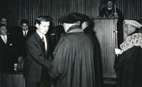 Tomislav Vašíček při promoci, rok 1966.