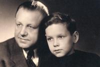 Pamětník se svým otcem Františkem Vašíčkem, začátek 50. let