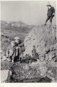 Daniel Balabán s bratrem a otcem na haldě v Ostravě-Hrabůvce. První polovina 60. let