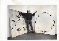 Daniel Balabán při otevření výstavy v Galerii Sokolská 26 na fotografii Alexandra Satinského. Ostrava, 1997