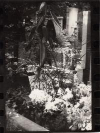 Hrob Jana Palacha na Olšanských hřbitovech v Praze. Fotografie Daniela Balabána z roku 1976