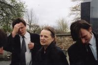 Daniel Balabán s bratrem Janem a matkou na pohřbu Daniela Balabána staršího - Sněžné na Vysočině, 2004