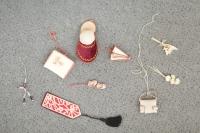 Drobné předměty (3-5 cm) vyrobené z obalů zubní pasty, jež matka Marie Lišková vyráběla ve vězení jako dárky pro svou dceru. Vše tajně.