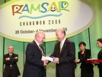 V Jižní Korei při přebírání ocenění Ramsarské úmluvy na ochranu mokřadů (2008)