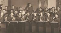 Kapela Pomocných technických praporů, pamětník uprostřed s houslemi, Postoloprty, 1952
