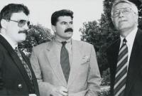 Zleva: Josef Lux, Jan Kalvoda a Václav Klaus před Kramářovou vilou, rok 1994