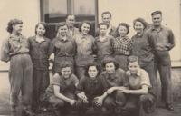 Kristina Balcarová (horní řada, čtvrtá žena zleva) se spolupracovníky od soustruhu, asi 1952