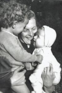 Manželka s dcerami, Jablonec, cca 1957
