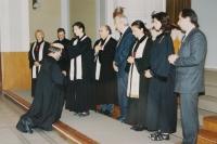 Manžel Miloš Košíček přijímá kněžské svěcení v roce 1998