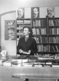 Marie Šiková v zaměstnání v knihkupectví v Litovli