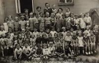 Školka v Chocni, 1957, (Naděžda nahoře druhá zprava)