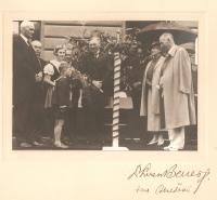 Jaroslav Hlubůček vítá (pronáší zdravici) Edvarda Beneše a jeho choť při jejich návštěvě Liberce, doplněno osobními podpisy Edvarda Beneše a Hany Benešové, 19. srpna 1936, Liberec