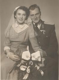 Novomanželé Kristina a Jaroslav Balcarovi, 1957