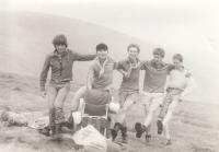 Martin Ehrlich na výletě se členy utajené ilegální skupiny mladých křesťanů. (cca 1982 až 1984)