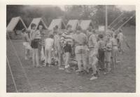Martin Ehrlich (v pruhovaném svetru uprostřed) s turistickým oddílem Čtveráci. Tento oddíl byl v roce 1968 založen jako skautský, později musel přejít pod hlavičku Pionýra, byl však nadále veden ve skautském duchu. (počátek 80. let 20. století)