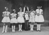 První svaté přijímání v Králově Poli v roce 1961, druhá zprava Světluše Košíčková, nad ní její matka Miloslava Skálová, duchovní Církve československé