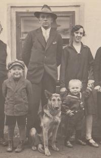 Rodiče a starší bratři Kristiny Balcarové, asi 1931