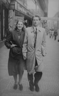 Rodiče Luděk a Miloslava Skálovi na XI. všesokolském sletu v roce 1948