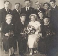Svatba pamětníka - foto s rodinnými příslušníky, 18. 7. 1953