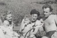 Děti a manželka pamětníka, napravo sestra Jiřina a její manžel Karel Albrecht