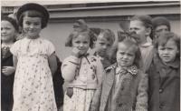 Kristina Balcarová (s rukou u pusy) v MŠ, 1940
