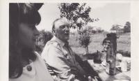 Sergej Machonin za zpěvu na zahradě své chalupy v Dolním Městě